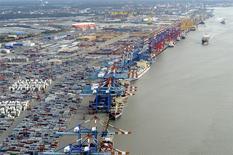 Port commercial de Bremerhaven. Les exportations ont baissé contre toute attente en décembre, mettant fin à une série de quatre hausses consécutives, une évolution qui se traduit par un resserrement de l'excédent commercial, à 18,5 milliards d'euros. /Photo d'archives/REUTERS/Fabian Bimmer