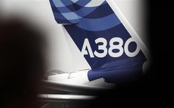 Selon des sources industrielles, Airbus Group réfléchit à de nouveaux moyens pour relancer les ventes de son superjumbo A380 après avoir reçu le soutien potentiel d'au moins un de ses motoristes. Le titre sera suivi ce vendredi à la Bourse de Paris. /Photo prise le 13 janvier 2014/REUTERS/Régis Duvignau