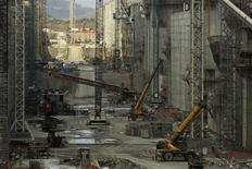 Grupo Unidos Por El Canal, le consortium dirigé par le groupe de BTP espagnol Sacyr et l'italien Salini Impregilo, a soumis une nouvelle proposition à l'Autorité du canal de Panama (ACP) pour résoudre un différend relatif à des surcoûts. /Photo prise le 5 février 2014/REUTERS/Carlos Jasso