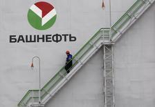Рабочий спускается по лестнице на НПЗ Башнефти в Уфе 11 апреля 2013 года. Компания Башнефть, владеющая группой уфимских НПЗ, заключила контракты на покупку нефти и экспорт нефтепродуктов общей стоимостью около $3,8 миллиарда, сообщила компания в четверг вечером. REUTERS/Sergei Karpukhin