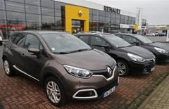 Devant un concessionnaire Renault à Haguenau, dans le nord-est de la France. L'alliance Renault-Nissan a vendu 8,3 millions de véhicules en 2013 dans le monde, bénéficiant de la vigueur de la demande en Chine et aux Etats-Unis. Les ventes de Renault, Nissan et du russe AvtoVAZ ont augmenté l'an dernier de 2,1%. /Photo prise le 21 janvier 2014/REUTERS/Vincent Kessler