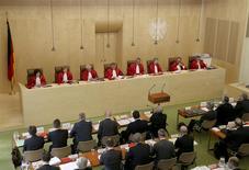 """La Cour constitutionnelle allemande a annoncé vendredi qu'elle avait décidé de transmettre à la justice de l'Union européenne une plainte déposée contre la Banque centrale européenne (BCE) au sujet de ses rachats obligataires """"illimités"""". /Photo d'archives/REUTERS/Ralf Stockhoff"""