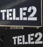 Логотип Tele2 у офиса продаж компании в Санкт-Петербурге 28 марта 2013 года. Tele2 пообещал разобраться с неопределенностью будущих перспектив телекоммуникационной компании, столкнувшейся в конце прошлого года с проблемами в Норвегии, и представить все варианты дальнейшего развития на третьем по величине рынке. REUTERS/Alexander Demianchuk