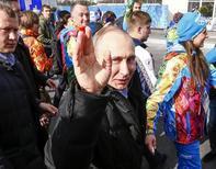 Presidente da Rússia, Vladimir Putin, acena ao caminhar após cerimônia de recepção da equipe nacional russa na vila dos atletas, no Parque Olímpico, em Sochi. Putin participa na sexta-feira da cerimônia de abertura da Olimpíada de Inverno de Sochi, determinado a desmentir os céticos após uma fase de preparativos marcada por preocupações com atentados, estouros orçamentários e polêmicas a respeito de direitos humanos. 5/02/2014. REUTERS/Shamil Zhumatov