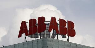 Selon des sources proches du dossier, ABB cherche à céder plusieurs filiales jugées non stratégiques dont la vente pourrait dégager un produit total dépassant un milliard de dollars (736 millions d'euros). /Photo d'archives/REUTERS/Christian Hartmann