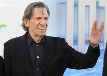"""Leonard Nimoy a su llegada al estreno de la cinta """"Star Trek Into Darkness"""" en Hollywood, mayo 14 2013. El veterano actor Leonard Nimoy, mejor conocido por su papel como el Spock en la serie de televisión de la década de 1960 """"Star Trek"""" y una serie de películas de la franquicia, dijo que estaba bien luego de que se le diagnosticó una enfermedad pulmonar y pidió a sus seguidores que dejen de fumar. REUTERS/Fred Prouser"""