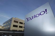 El logo de Yahoo! en unos edificios en Rolle, Suiza, dic 12 2012. Yahoo! cambió su sede fiscal en Europa de Suiza a Irlanda, según un examen de comunicados y cuentas de la compañía realizado por Reuters, mientras aumenta la presión sobre el estado alpino para que elimine algunos incentivos fiscales. REUTERS/Denis Balibouse