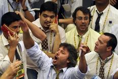 Un grupo de operadores en la Bolsa de Valores de Sao Paulo, dic 2 2008. El principal índice de acciones de Brasil subía, luego de haber reaccionado con bajas a un dato del mercado laboral estadounidense que fue menor al esperado. REUTERS/Paulo Whitaker