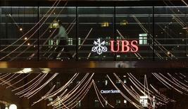 Selon des sources proches du dossier, la banque suisse UBS s'est rapprochée des autorités américaines en septembre pour leur donner des informations dans le cadre de l'enquête sur une manipulation présumée du marché des changes, dans l'espoir d'obtenir l'immunité dans le cas où elle serait reconnue coupable. /Photo prise le 19 décembre 2013/REUTERS/Arnd Wiegmann