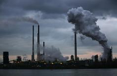 Air Liquide a annoncé lundi la signature d'un contrat d'approvisionnement à long terme avec ThyssenKrupp Steel Europe dans la région Rhin-Ruhr. Le spécialiste français des gaz industriels fournira au sidérurgiste allemand 4.600 tonnes par jour d'oxygène, ainsi que de l'azote et de l'argon, à l'aciérie de ThyssenKrupp implantée dans le bassin de Duisbourg. /Photo prise le 14 janvier 2014/REUTERS/Ina Fassbender