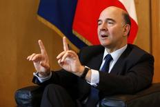 """Le ministre français de l'Economie et des Finances Pierre Moscovici estime que la percée annoncée des partis """"eurosceptiques"""" aux élections européennes du printemps ne doit pas décourager les pays de la zone euro de se lancer dans des projets d'intégration encore plus ambitieux comme se doter d'un budget commun. /Photo prise le 30 janvier 2014/REUTERS/Charles Platiau"""
