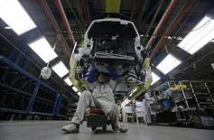Dongfeng Motors a confirmé la tenue de négociations avec PSA Peugeot Citroën en vue d'un possible investissement capitalistique et du renforcement du partenariat industriel et commercial entre les deux groupes, tout en soulignant qu'aucun accord n'avait encore été signé. /Photo d'archives/REUTERS/Stringer