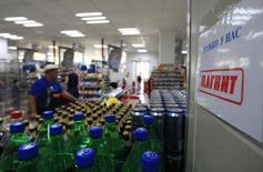 Логотип Магнита в магазине сети в Москве 1 августа 2012 года. Некоторые участники российского рынка акций восприняли данные о восстановлении темпа роста выручки Магнита в январе как повод зафиксировать прибыль в бумагах в преддверии появления на вторичных торгах конкурента - ритейлера Лента. REUTERS/Sergei Karpukhin