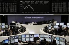 Les principales Bourses européennes ont perdu leurs gains de la matinée lundi à mi-séance, dans un climat de prudence avant plusieurs indicateurs économiques clé prévus cette semaine, ainsi que la première intervention de la nouvelle présidente de la Fed. À Paris, le CAC 40 ne conserve plus qu'un gain modique de 0,1% à 4.232,60 points vers 12h50. Francfort cède 0,09% et Londres 0,04%. L'indice paneuropéen EuroStoxx 50 recule de 0,28%. /Photo prise le 10 février 2014/REUTERS