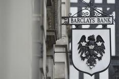 Barclays annonce un bénéfice ajusté avant impôt en baisse d'un quart à 5,2 milliards de livres (6,25 milliards d'euros) pour 2013, un solde inférieur aux attentes qui s'explique probablement par la baisse des résultats de sa banque d'investissement. /Photo d'archives/REUTERS/Toby Melville