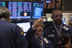 Les marchés d'actions américains ont ouvert sur une note stable lundi, les investisseurs jouant la carte de la prudence après les gains appréciables enregistrés en fin de semaine dernière. Le Dow Jones cède 0,1% et le Standard & Poor's 500 0,09%, mais le Nasdaq prend 0,1% dans les premiers échanges. /Photo prise le 3 février 2014/REUTERS/Brendan McDermid
