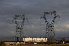 La centrale nucléaire de Fessenheim, la plus ancienne du parc d'EDF. Selon Le Monde, l'Elysée envisage de remplacer des centrales nucléaires françaises vieillissantes par des réacteurs EPR de troisième ou quatrième génération qui seraient construits sur les mêmes sites. /Photo prise le 14 novembre 2013/REUTERS/Vincent Kessler