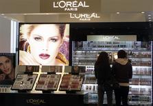 Les résultats annuels de L'Oréal sont marqués par une amélioration de sa rentabilité et par une accélération de sa croissance en fin d'année grâce aux produits de luxe, dans un marché surtout focalisé sur l'avenir des 29,5% que Nestlé détient dans le capital du groupe français. /Photo d'archives/REUTERS/Ints Kalnins