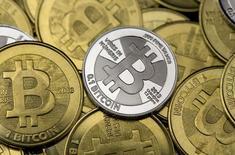 """Le cours de la monnaie virtuelle Bitcoin est tombé à un creux de près de deux mois lundi après que Mt.Gox, une plate-forme traitant la devise, a annoncé avoir prolongée de manière indéfinie la suspension des retraits décidée vendredi suite à la détection d'une """"activité inhabituelle"""". /Photo prise le 31 janvier 2014/REUTERS/Jim Urquhart"""