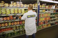 Сотрудник Metro AG в супермаркете сети в Санкт-Августине 18 марта 2013 года. Немецкий ритейлер Metro AG надеется, что более стабильная экономика и благоприятный валютный курс помогут ему нарастить прибыль в текущем году после снижения дохода в первом квартале. REUTERS/Wolfgang Rattay