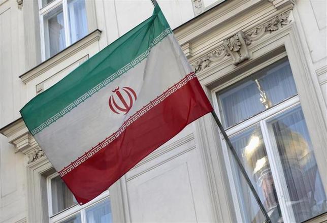 2月10日、イランの国防軍需相は、長距離ミサイルを含む新たな国産ミサイル2基の発射実験に成功したと明らかにした。写真はイランの国旗。ウィーンで2012年8月撮影(2014年 ロイター/Herwig Prammer)