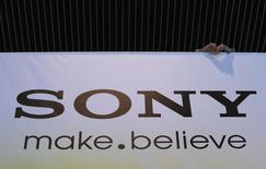 Foto de archivo del logo de Sony en las oficinas centrales de la empresa en Tokio. May 22, 2013. Sony Corp se encuentra en negociaciones con Apple Inc a fin de duplicar el suministro de componentes de cámaras para un nuevo iPhone que podría ser lanzado al mercado a partir del próximo año, reportó el diario financiero Nikkei. REUTERS/Toru Hanai