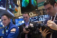 Трейдеры на торгах Нью-Йоркской фондовой биржи 10 февраля 2014 года. Американский фондовый рынок завершил ростом четвертую сессию подряд благодаря желанию Конгресса повысить лимит заимствований, отбросив разногласия между республиканцами и демократами, и верности новой главы ФРС утвержденному плану сокращения стимулов. REUTERS/Brendan McDermid