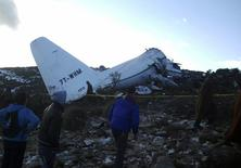 Обломки военного самолета в провинции Ум-эль-Буахи, Алжир 11 февраля 2014 года. Жертвами падения военно-транспортного самолета в Алжире стали 103 человека, сообщил местный частный телеканал Ennahar со ссылкой на источники. REUTERS/Stringer
