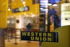 Отделение Western Union в Нью-Йорке 30 июля 2013 года. Прибыль Western Union Co в четвертом квартале 2013 года снизилась на 27 процентов, в основном из-за высоких расходов, связанных с ужесточением норм, направленных на предотвращение отмывания денег. REUTERS/Shannon Stapleton