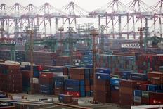 Avec des importations en hausse de 10% et des exportations en croissance de 10,6%, contre respectivement des hausses de 3% et 2% attendues en rythme annuel, la Chine affiche une performance commerciale qui suscite un certain scepticisme en raison de l'effet de distorsion lié au Nouvel An chinois. La statistique soulage cependant les analystes qui redoutaient un net coup d'arrêt à la croissance de la deuxième puissance économique mondiale. /Photo prise le 11 février 2014/REUTERS/Aly Song
