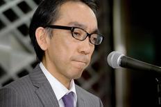 """Professor universitário Takashi Niigaki durante coletiva de imprensa em Tóquio. O músico erudito Mamoru Samuragochi foi durante anos considerado um exemplo inspirador por continuar compondo apesar dos problemas auditivos """"a exemplo do alemão Ludwig von Beethoven"""". Na quarta-feira, ele admitiu que, por causa da deficiência auditiva, contratou um professor de música para escrever partituras em seu nome, uma colaboração que se prolongou por 18 anos. Mas esse colaborador, Takashi Niigaki, disse duvidar da surdez do compositor, que seria uma forma de chamar a atenção do público. 6/02/2014. REUTERS/Kyodo"""