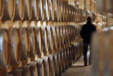 Après avoir atteint des niveaux record en 2012, les exportations de vins et spiritueux français ont marqué le pas en 2013 sous l'effet d'une forte baisse des ventes de cognac et de bordeaux à destination de la Chine. /Photo d'archives/REUTERS/Régis Duvignau