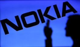Uma fotoilustração da silhueta de um homem contra um logotipo da Nokia. A Nokia disse nesta quarta-feira que está recorrendo da decisão da justiça da Índia que a obriga pagar depósitos em créditos tributários a autoridades locais para transferir os ativos de seus negócios de telefonia móvel a Microsoft. 23/01/2014 REUTERS/Dado Ruvic