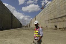 L'Autorité du Canal de Panama (ACP) est parvenue à un accord préliminaire sur les dépassements de coûts du chantier de l'agrandissement du canal, laissant entrevoir une reprise des travaux suspendus depuis la semaine dernière. /Photo prise le 5 février 2014/REUTERS/Carlos Jasso