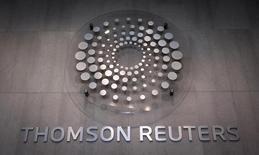 Логотип Thomson Reuters в офисе компании в Нью-Йорке 29 октября 2013 года. Прибыль поставщика данных и новостей Thomson Reuters Corp в четвертом квартале снизилась сильнее, чем прогнозировали аналитики, из-за сокращений в финансовых организациях Европы и сложных условий на развивающихся рынках. REUTERS/Carlo Allegri