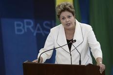 La presidenta de Brasil, Dilma Rousseff, en una ceremonia en el palacio Planalto en Brasilia, feb 3 2014. La presidenta de Brasil, Dilma Rousseff, dijo el miércoles que este año se realizará una licitación de un tramo esencial de la carretera para el transporte de soja y maíz para exportación a través del estado de Mato Grosso. REUTERS/Ueslei Marcelino