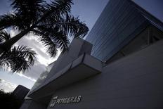 O prédio da Universidade Petrobras no Rio de Janeiro. Há quem aposte que a Petrobras vai começar a virar o jogo com aumento da produção de petróleo em 2014, depois de uma desvalorização acionária superior a 50 por cento nos últimos quatro anos. 09/10/2012 REUTERS/Ricardo Moraes