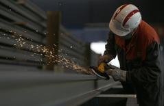 Faíscas voam conforme um funcionário trabalha em uma viga na fábrica da Tata Steel na França. A queda da produção de energia e de bens de capital afetou a produção industrial da zona do euro mais do que o esperado em dezembro, mostraram nesta quarta-feira dados da Agência de Estatísticas da União Europeia, destacando a fragilidade da recuperação econômica do bloco. 25/09/2013 REUTERS/Vincent Kessler