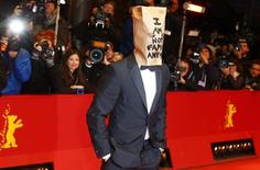 Ator norte-americano Shia LaBeouf ao chegar no tapete vermelho do 64º Festival Internacional de Cinema de Berlim. Após chegar a uma pré-estreia usando um saco de papel na cabeça e de abandonar a entrevista coletiva do seu novo filme, o ator Shia LaBeouf voltou a surpreender ao apresentar um projeto artístico na terça-feira. 9/02/2014. REUTERS/Tobias Schwarz