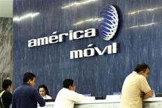 El logo de América Móvil en su casa matriz en Ciudad de México, feb 13 2013. La mexicana América Móvil dijo el miércoles que prevé inversiones de capital por entre 9,500 y 10,000 millones de dólares en el 2014, en línea con las que realizó el año pasado. REUTERS/Edgard Garrido