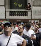 Unas personas en una huelga sindical para pedir por mayores salarios en Montevideo, nov 22 2012. La tasa de desempleo de Uruguay subió en diciembre a un 6,1 por ciento de la población económicamente activa, desde un 5,6 por ciento un año atrás, debido a una mayor desocupación en el interior del país provocada por una demanda de puestos superior a los que se crearon, informó el miércoles el Gobierno. REUTERS/Andres Stapff