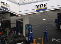 Foto de archivo de una gasolinera de YPF en Buenos Aires. May 23, 2013. La petrolera YPF firmó el miércoles un acuerdo para adquirir la totalidad de las operaciones de la estadounidense Apache en Argentina por 800 millones de dólares, anunció la empresa controlada por el Estado. REUTERS/Marcos Brindicci