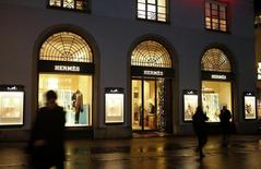 Hermès a vu sa croissance organique ralentir au quatrième trimestre, tout en signant une des meilleures performances affichées jusqu'ici par les acteurs du luxe, et a révisé en hausse sa prévision de marge opérationnelle 2013. /Photo prise le 19 décembre 2013/REUTERS/Arnd Wiegmann