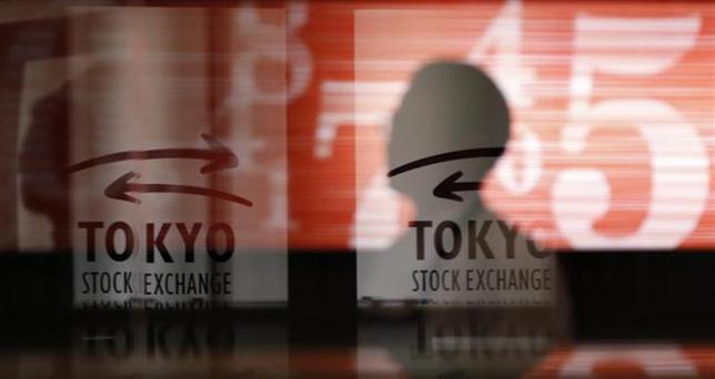2月13日、日本株は戻りが一服。テクニカル分析で言う「三空」を形成した後だけに過熱感も強く、利益確定売りが出た。写真は東京証券取引所で昨年2月撮影(2014年 ロイター/Toru Hanai)