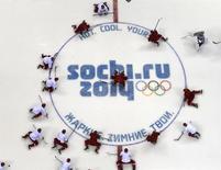 Российские хоккеисты на тренировке в Сочи 10 февраля 2014 года. В четверг на зимних Олимпийских играх в Сочи будут разыграны шесть комплектов медалей. REUTERS/Brian Snyder