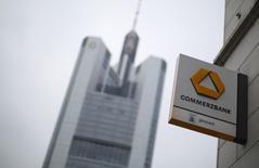 Commerzbank a accéléré le rythme de son plan de restructuration au quatrième trimestre tout en améliorant ses objectifs tant en terme de capitaux que de nettoyage des actifs, dégageant un léger bénéfice sur la période. /Photo d'archives/REUTERS/Lisi Niesner