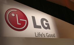 Логотип LG на выставке Consumer Electronics Show (CES) в Лас-Вегасе 6 января 2014 года. Южнокорейская LG Electronics представила новый смартфон G Pro с экраном диагональю 5,9 дюйма против 5,5 дюйма у предыдущей модели в надежде удивить покупателей перед выходом нового аппарата от конкурирующей Samsung Electronics. REUTERS/Robert Galbraith