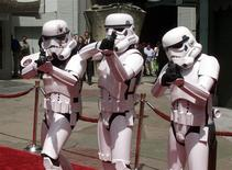 """Tres personas disfrazadas como Storm Troopers de la saga """"Star Wars"""" en el estreno del Episodio II en Hollywood, mayo 12 2002. La sexta y última temporada de la serie de televisión de animación """"Star Wars: The Clone Wars"""" estará disponible exclusivamente en Netflix el próximo mes, dijeron el jueves el servicio de video en 'streaming' y el grupo ABC de Walt Disney. Reuters/Archive"""