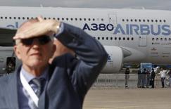 Посетитель международного авиасалона МАКС в Жуковском на фоне Airbus A380 27 августа 2013 годаПосетитель международного авиасалона МАКС в Жуковском на фоне Airbus A380. REUTERS/Maxim Shemetov