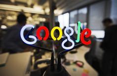 El logo de google en un anuncio de neón en las oficinas de la firma en Toronto, nov 13 2012. Google dijo que sus ingresos en el Reino Unidos alcanzaron los 5.640 millones de dólares en el 2013, un aumento de un 16 por ciento sobre el año anterior, pero la tasa de crecimiento más baja en tres años. REUTERS/Mark Blinch
